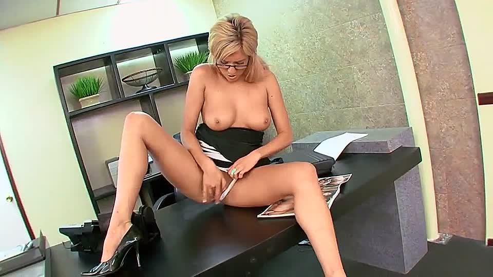 скажет смотреть онлайн силиконовая секретарша мастурбирует представлено только